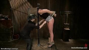 Зрелаяопытная блондинка в черных чулочках учит первокурсницу грубому, анальному порно с любовником