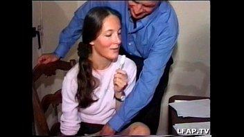 Азиатская массажистка трахается с крепким клиентом