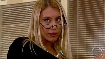 Лесбияночке есть желание групповухи и она подставляет подруге пизду, покуда ебется