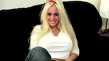 Страстная порка хорошей девушки в красном одежду