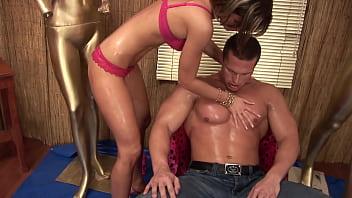 Русский массажист доводит клиентку до сквирт оргазма вагинально-анальным сексом