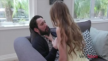 Красивые мулатка с брюнеткой в красном одежду развлекаются лесбийским сексом