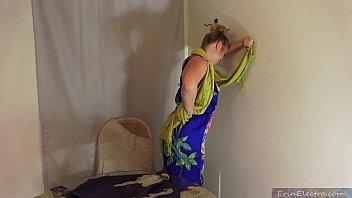 Пожилая латинка играет с киской в душе комнате