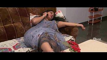 Лесбияночки в нейлоновых чулках по очереди от трахали друг другу резиновым фаллосом в кресле