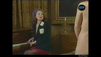 Тёлка в обалденном белье показала буфера и выебла рот латексным хуем