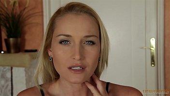 Русская шлюха-блондинка получает яркий оргазм, онанируя на камеру с фаллосом