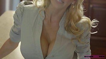 Полненькую блондиночку ебут в разных позициях и кончают на дойка