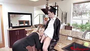 Офисный секс с юной сотрудницей в черных нейлоновых чулочках